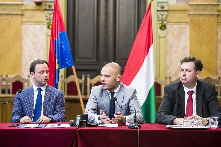 Egy régi motoros mondott le: ezen a 2017-es fotón a jobb oldalon látható Dányi Gábor Zoltán, a bal oldalon  Nyitrai Zsolt miniszterelnöki megbízott, középen Csepreghy Nándor, a Miniszterelnökség akkori parlamenti államtitkára látható. MTI Fotó: Komka Péter