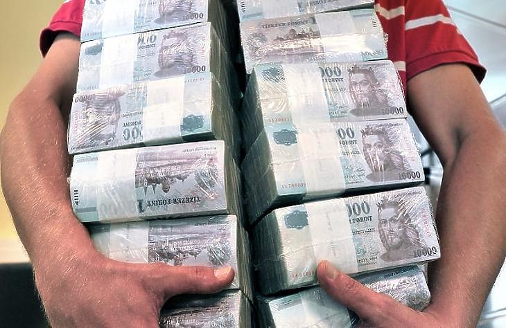 Mit rejt a boríték? Emelkedtek a magyarok fizetései