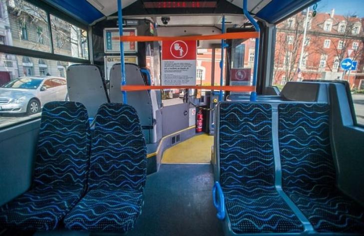 Tájékoztató felirat a járművezető védelmére felállított kordonon a BKK egyik autóbuszán 2020. március 16-án. A járvány megfékezése érdekében megtiltották az első ajtós felszállást és megszűnt a jegyértékesítés a buszon. (Fotó: MTI/Balogh Zoltán)