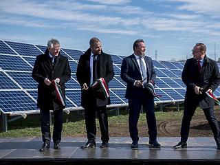 Óriási naperőművet adtak át Pakson