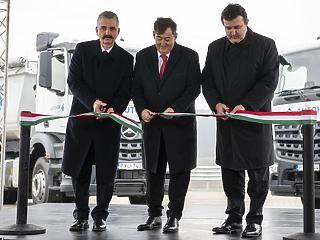 Mészáros Lőrinc átadta saját kamionparkolóját
