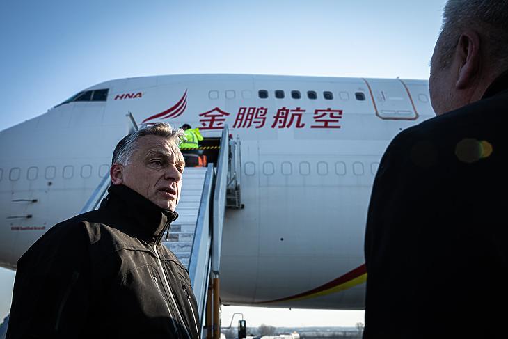 Orbán Viktor átvette a keleti portyázók szállítmányát