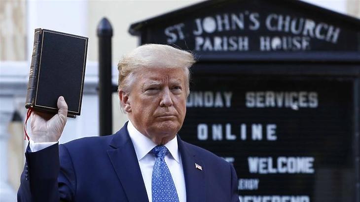 Donald Trump egy Bibliával pózol Washingtonban, 2020. június elsején. (Fotó: AP / Patrick Semansky)