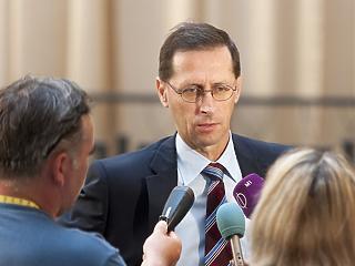 Valamire készül a kormány: nagy bejelentéseket ígér Varga Mihály