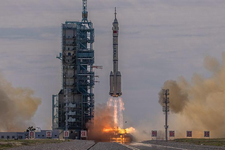 Az égbe emelkedik a Hosszú Menetelés hordozórakéta 2021. június 17-én - a Sencsou 12-t viszi az űrbe, fedélzetén három űrhajóssal. Fotó: EPA / Roman Pilipey