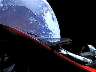 Megint szakadt a Mol, orbitális pályán a Tesla