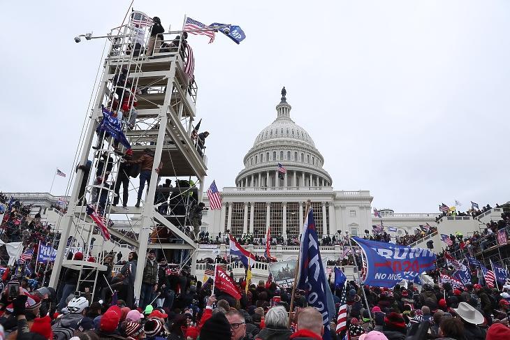 Trump távozó elnök hívei megindutak a Capitolium épületébe. Fotó: EPA / Michael Reynolds