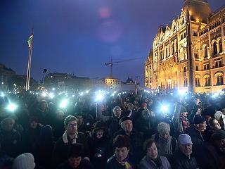 Ezrek tüntettek a CEU mellett Budapest utcáin