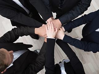 Hogyan működhetnek együtt a cégek úgy, hogy ne kerüljenek kartellgyanúba?