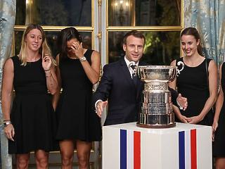 A nap képe: hosszú combú lányokkal randevúzott a francia elnök