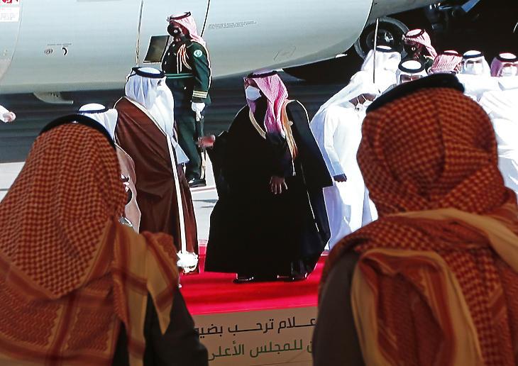 Mohamed bin Szalmán szaúd-arábiai trónörökös (középen, jobbra) fogadja az Öböl menti Arab Államok Együttműködési Tanácsának (GCC) 41. csúcstalálkozójára érkező Tamím bin Hamad Ál Száni sejket, katari emírt (középen, balra) a szaúd-arábiai Al-Ula repülőterén 2021. január 5-én. A kuvaiti külügyminiszter előző nap egy megállapodásra hivatkozva bejelentette, hogy Szaúd-Arábia újranyitja Katarral közös légi, szárazföldi és tengeri határait, amelynek célja az Öböl menti viszály megoldása. (Fotó: MTI/AP/Amr Nabil)