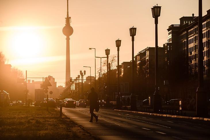 Napnyugta a Frankfurter Allee-n Berlinben 2020. április 7-én. EPA/CLEMENS BILAN