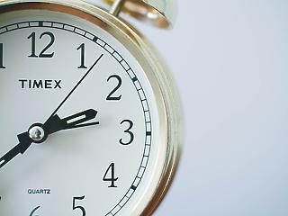 Hajnalban óraátállítás – mikor törlik el végleg?