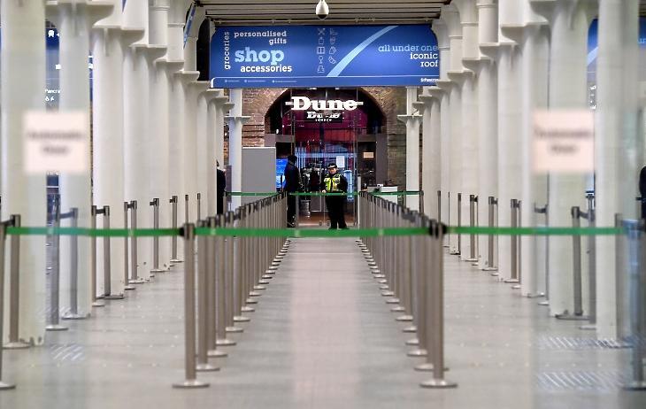 Üres Eurostar-terminál Londonban, 2020. december 21-én. Az új, az eddiginél még fertőzőbb koronavírus-törzs miatt az alagút másik végén, Franciaországban már nem fogadják a brit utasokat. Fotó: EPA / Facundo Arrizabalaga