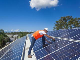 Palkovics ingyen pénzt ígért a családi házak napelemeihez