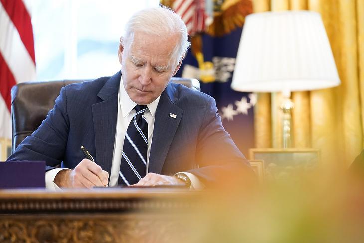 Joe Biden amerikai elnök aláír. Illusztráció. (Fotó: MTI/AP/Andrew Harnik)