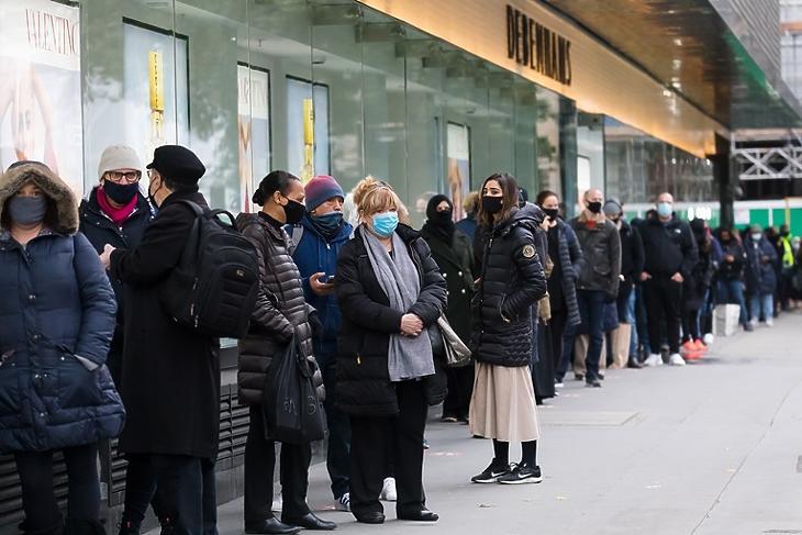 Vásárlási láz: hosszú sor egy Debenhams-üzlet előtt a londoni Oxford Streeten 2020. december másodikán.  Ekkor ért véget az országos karantén, ismét kinyithattak az üzletek. EPA/VICKIE FLORES