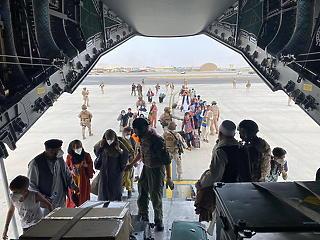 A robbantás ellenére sem áll le a francia és a brit mentőakció Kabulban