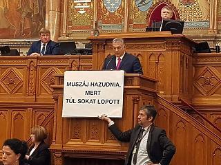 A nap képe: valami nagyon kicsúszott Orbán kezéből