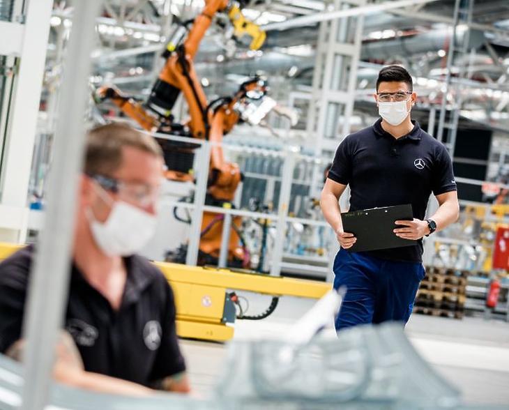 Védőfelszerelésben indult újra a termelés a Mercedes kecskeméti gyárában (Fotó: Mercedes-Benz Manufacturing Hungary)
