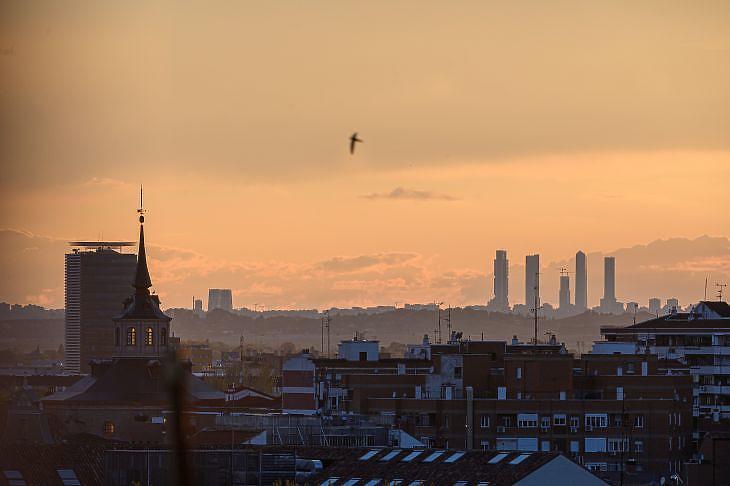 Madrid látképe 30 kilométer távolságból 2020. április 14-én. EPA/FERNANDO VILLAR