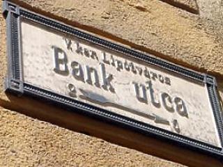Engedély nélkül vásárolt a bankoktól egy cég - milliós bírságot kapott