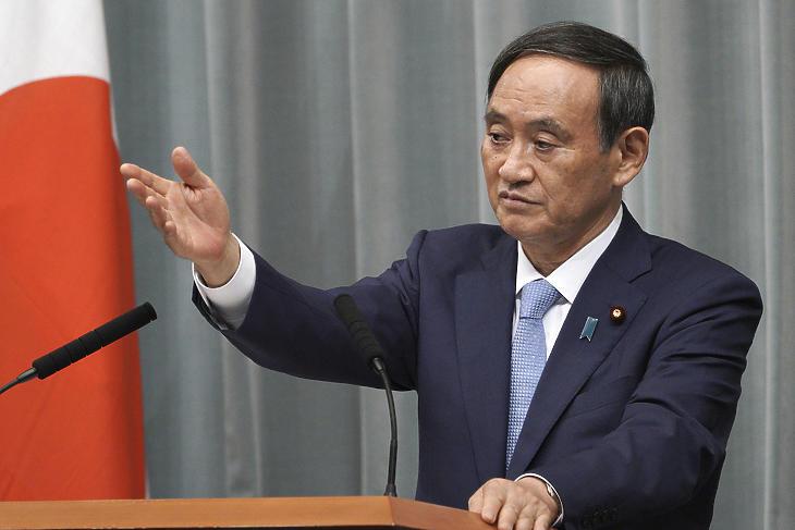 Szuga Josihide japán kormányszóvivő beszél egy sajtótájékoztatón a miniszterelnök hivatalos rezidenciáján Tokióban 2019. szeptember 11- én. A kormányszóvivő követheti az egészségi okok miatt lemondó Abe Sindzót a japán miniszterelnöki székben. (Fotó: MTI/AP/Eugene Hoshiko)