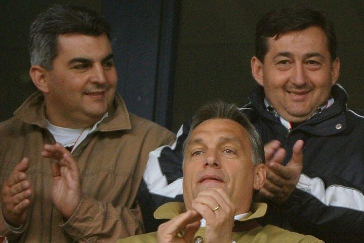 Mészáros János (Mészáros Lőrinc öccse), Orbán Viktor és Mészáros Lőrinc a 2010-es Videoton FC - Újpest mérkőzés díszpáholyában. (Illyés Tibor / MTI)