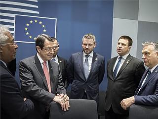A nap képe: Orbán Viktor megfáradt miniszterelnökök között