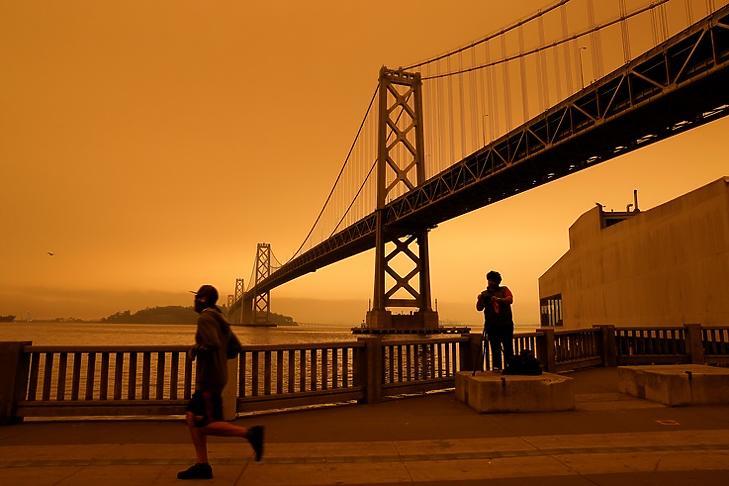 Narancsszínű ég San Francisco felett 2020. szeptember 9-én: az égboltot is átfestette a kalifornai erdőtüzek füstje. EPA/JOHN G. MABANGLO