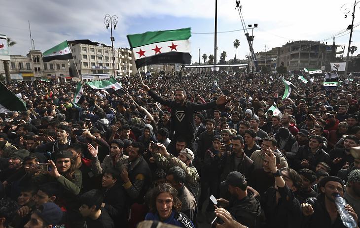 Kormányellenes tüntetők a szíriai Idlibben 2021. március 15-én. (Fotó: MTI/AP/Ghaith Alsayed)