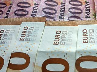 Csúcsközelben az amerikai tőzsdék, két forinttal olcsóbb lett az euró