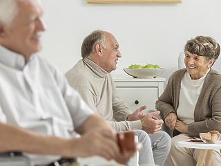 Mától még védettségi igazolvány nélkül is kimehetnek az idősek az otthonokból