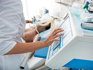 Aggasztó számok érkeztek: már közel 1300-an vannak lélegeztetőgépen