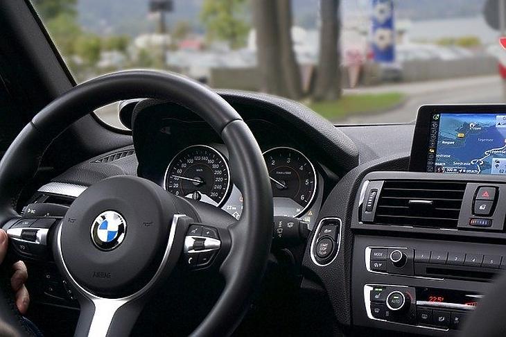 BMW-autó volánja (Pixabay)