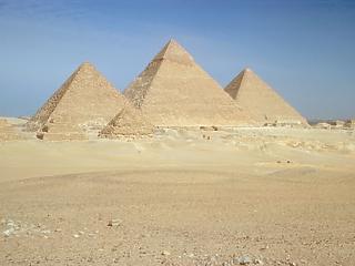 Robbantottak a gízai piramisoknál – turistabusz volt a célpont
