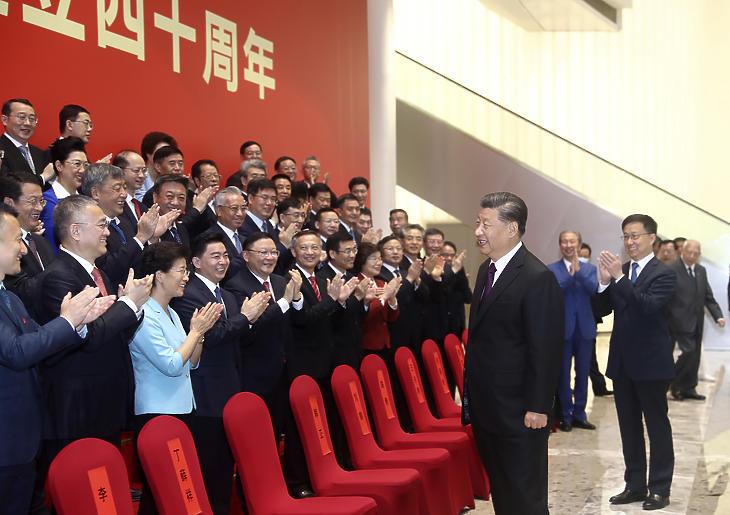 Hszi Csin-ping kínai elnököt megtapsolják a résztvevők egy sencseni ünnepségen, amelyen a sencseni különleges gazdasági övezet megalakításának 40. évfordulójáról emlékeztek meg 2020. október 14-én. (Fotó: MTI/AP/Hszinhua/Csü Peng)