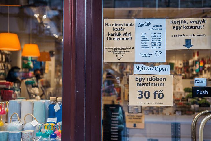 Lakberendezési üzlet bejárata Budapesten, a Váci utcában 2021. április 7-én. (Fotó: MTI/Balogh Zoltán)