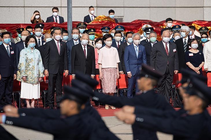 Carrie Lam hongkongi kormányzó (k) a városállam Kínához való visszacsatolásának 23. évfordulóján tartott ünnepségen Hongkongban, 2020. július 1-jén. (Fotó: MTI/EPA/Jerome Favre)