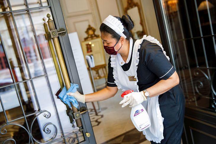 Védőmaszkot viselő takarítónő a bécsi Hotel Sacherban 2020. május 28-án. HEPA/FLORIAN WIESER