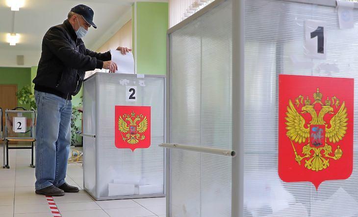 Maszkos szavazó Moszkvában az orosz parlamenti és önkormányzati választások harmadik napján, 2021. szeptember 19-én. (Fotó: MTI/EPA/Makszim Sipenkov)