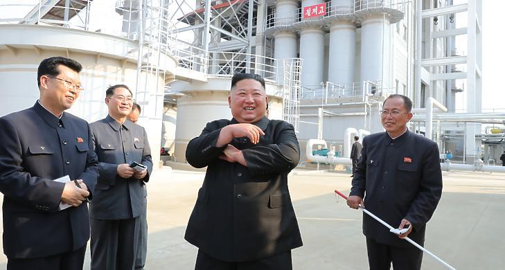 Kim Dzsongun él és virul - most nagyítóval vizsgálják a róla készült fotókat
