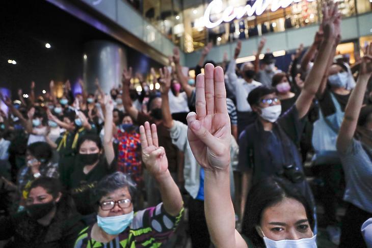 Kormányellenes tüntetők vonulnak Bangkok üzleti negyedében 2020. október 29-én. (Fotó: MTI/AP/Szakcsaj Lalit)