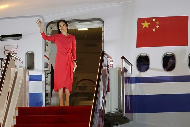Meng Van-csou integet az őt ünneplő tömegnek a Sencsen-Paoani Nemzetközi Repülőtéren Sencsenben 2021. szeptember 25-én. EPA/JIN LIWANG
