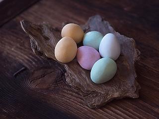 Felejtsd el az ételfestéket: gondolnád, hogy ezzel is lehet tojást festeni?