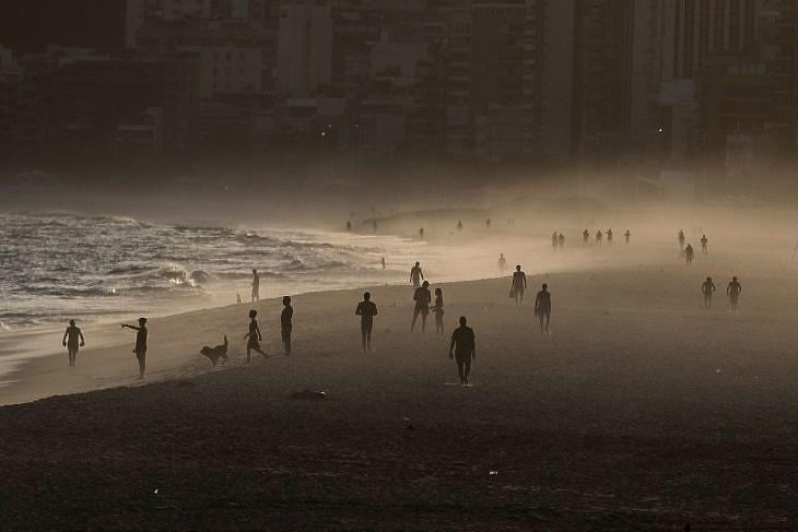 Emberek az Ipanema strandon Rio de Janeiróban 2020. április másodikán. EPA/Antonio Lacerda