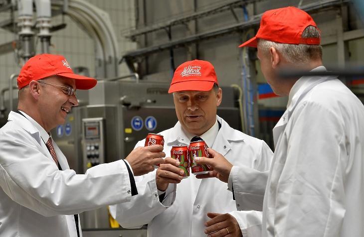 Dimitris Lois, a Hellenic Bottle Company (HBC) vezérigazgatója (b), Orbán Viktor miniszterelnök (k) és Tarsoly József, a Coca-Cola HBC Magyarország ügyvezető igazgatója dobozos kólával koccintanak, miután elindították a fémdobozos üdítőitalok új gyártósorát a Coca-Cola dunaharaszti üzemében. MTI Fotó: Illyés Tibor