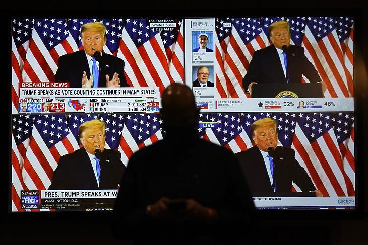 Donald Trump republikánus párti amerikai elnöknek és jelöltnek a washingtoni Fehér Ház Keleti terméből élőben közvetített beszéde tévéképernyőkön az amerikai elnök-, valamint képviselőházi és részleges szenátusi választások után, 2020. november 4-én hajnalban Las Vegasban. (Fotó: MTI/AP/John Locher)
