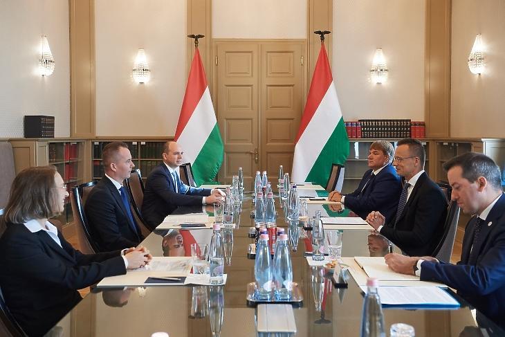 A Lidl és a Külgazdasági és Külügyminisztérium képviselői a tárgyalóasztalnál. Fotó: Szijjártó Péter Facebook-oldala