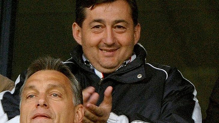 Mészáros Lőrinc és barátja, Orbán Viktor a 2010-es Videoton FC - Újpest mérkőzésen a díszpáholyban, vágott verzió. Eredeti fotó: Illyés Tibor / MTI